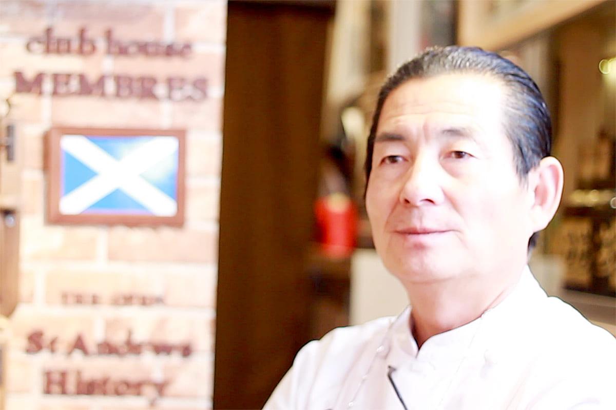 El propietario y chef Sonoshi Okumoto